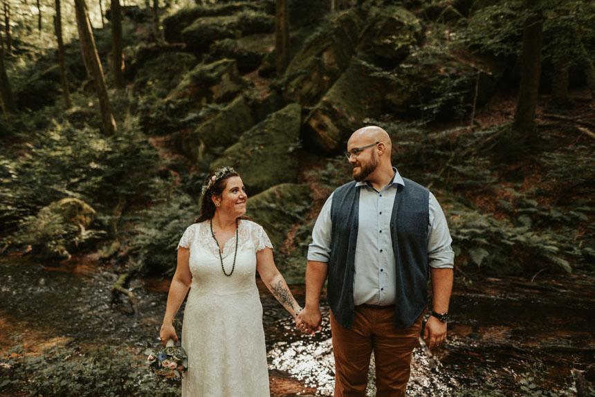 Hochzeitsfotograf-gartenhochzeit-decko-ideen-kleid-brautpaar-hochzeitsfotos-hochzeitsfeier-freie-trauung (21)