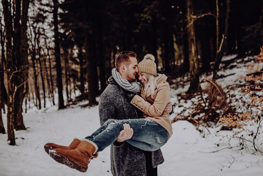winter-fotoshooting-im-schnee-paerchen-bilder-after-wedding-fotoshooting-paarshooting-pärchenbilder-hochzeitsfotograf-hochzeitsbilder-standesamt-winterhochzeit